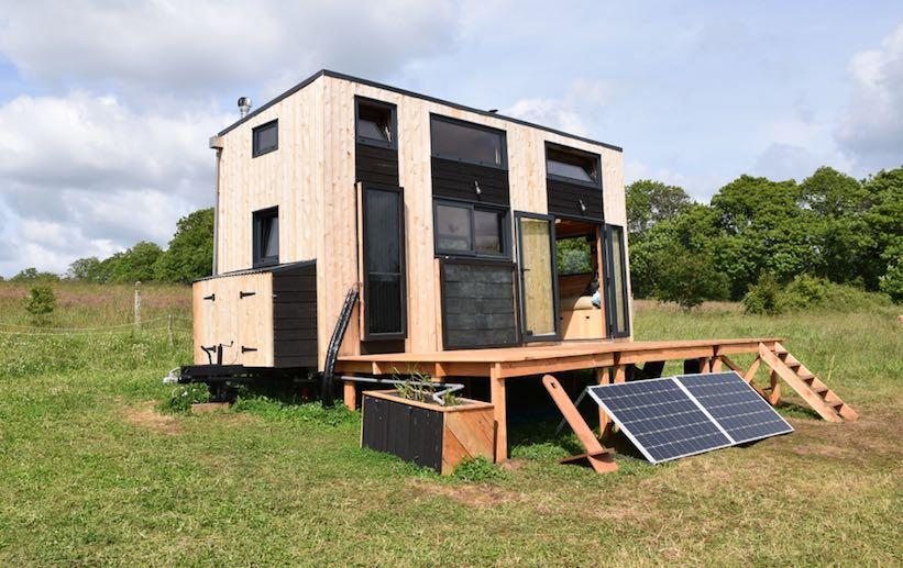 une tiny house ou micro maison bardée de low technologies